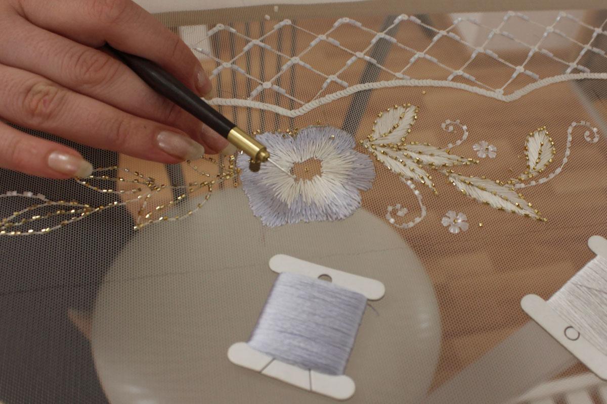 Как правильно вставить иглу для люневильского крючка в ручку