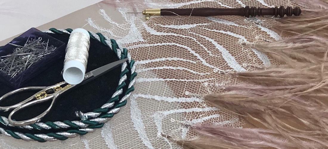 Процесс вышивки с бахромой из длинных перьев.