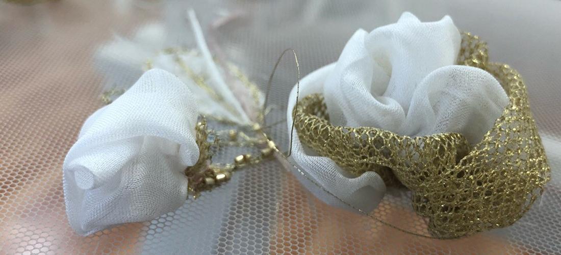 Объемные розы из белой ткани