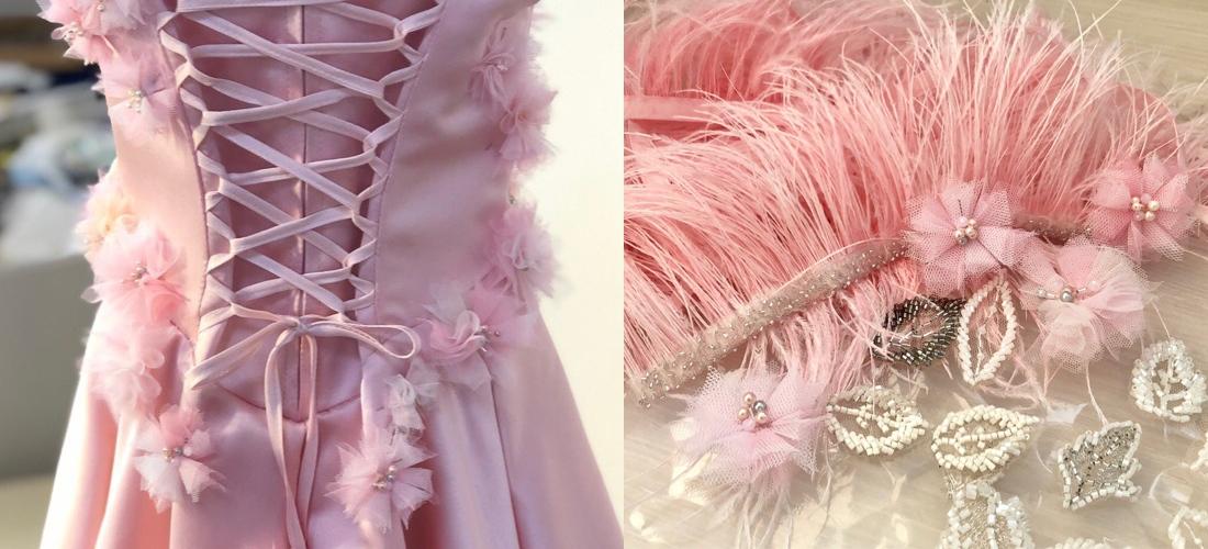 Розовое платье с декором из цветов